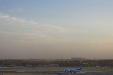 土ぼこり舞い上がる成田の空とANABoeing787