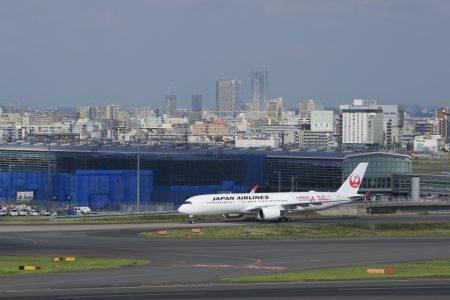 日本航空の格納庫までタキシングするA350型機(JA01XJ)